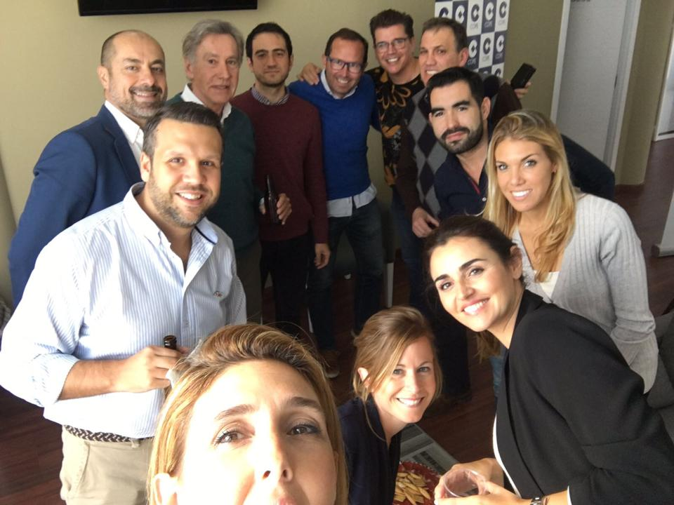 Los equipos de informativos deportivos de Cope Sevilla y de Clínica Dental Queraltó