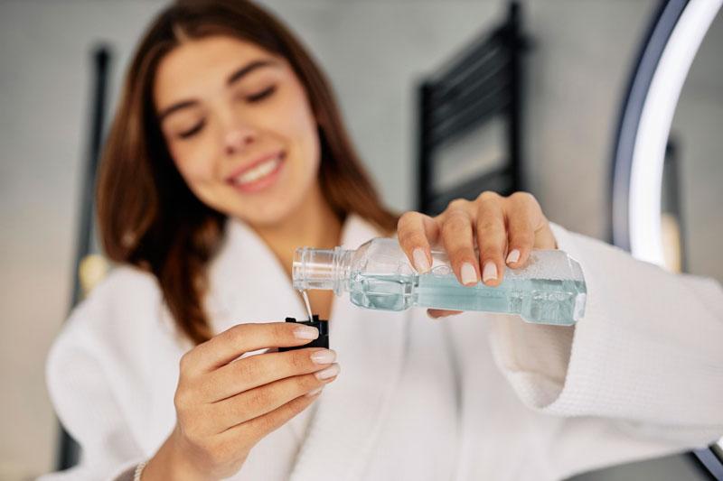 ¿Qué es el enjuague bucal? Te lo explica tu clínica dental en Sevilla